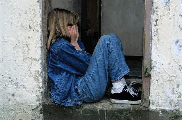 niña sola y asustada