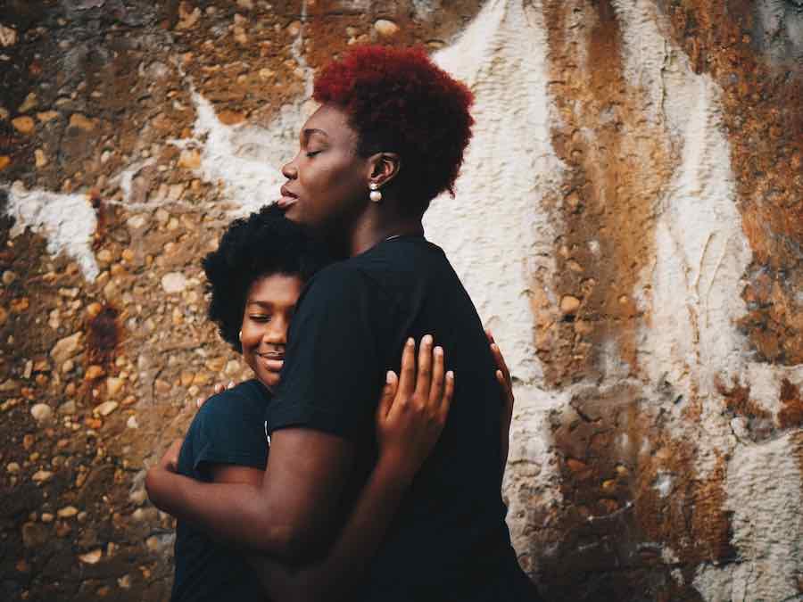 Decálogo para una crianza respetuosa: mira, acaricia, abraza